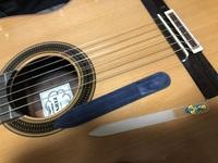 クラシックギターのヤスリ?について  クラシックギターをいただきたのでメンテナンスした後に弾こうと思っています。 このヤスリっぽいのは何に使う道具でしょうか?