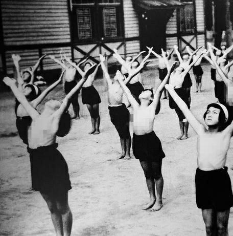 戦前・戦中の日本の貞操観念について。 女の子は12歳ほどの年頃にもなれば、子どもではなく1人の女性として慎ましく振る舞うことが家族からは求められ、子どもっぽい遊びや男性の前で肌を晒すような行為は...