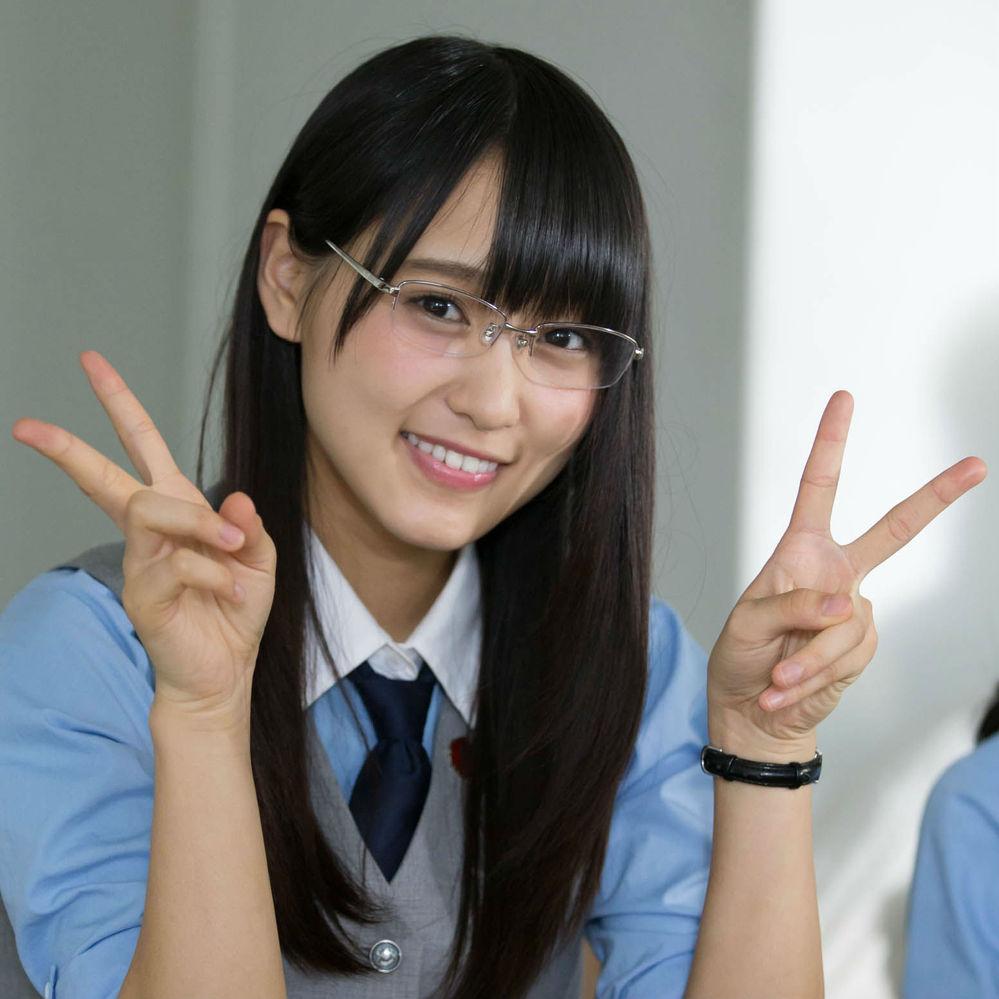 櫻坂46の菅井友香さんが学校の教室で、机の椅子に座っている画像がありましたら貼って頂けますでしょうか? 以下の画像以外でお願い致します(ピースしてない方もすでにあります)。
