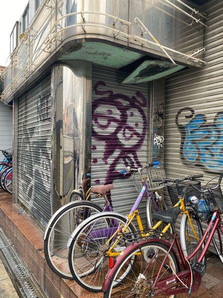 グラフィティ、エアロゾールアートに詳しい方教えてください。 添付の画像のグラフィティについて知っている人いませんか? 神奈川県を主体に全国でちらほら見られています。 どこにでも存在するこの絵に...