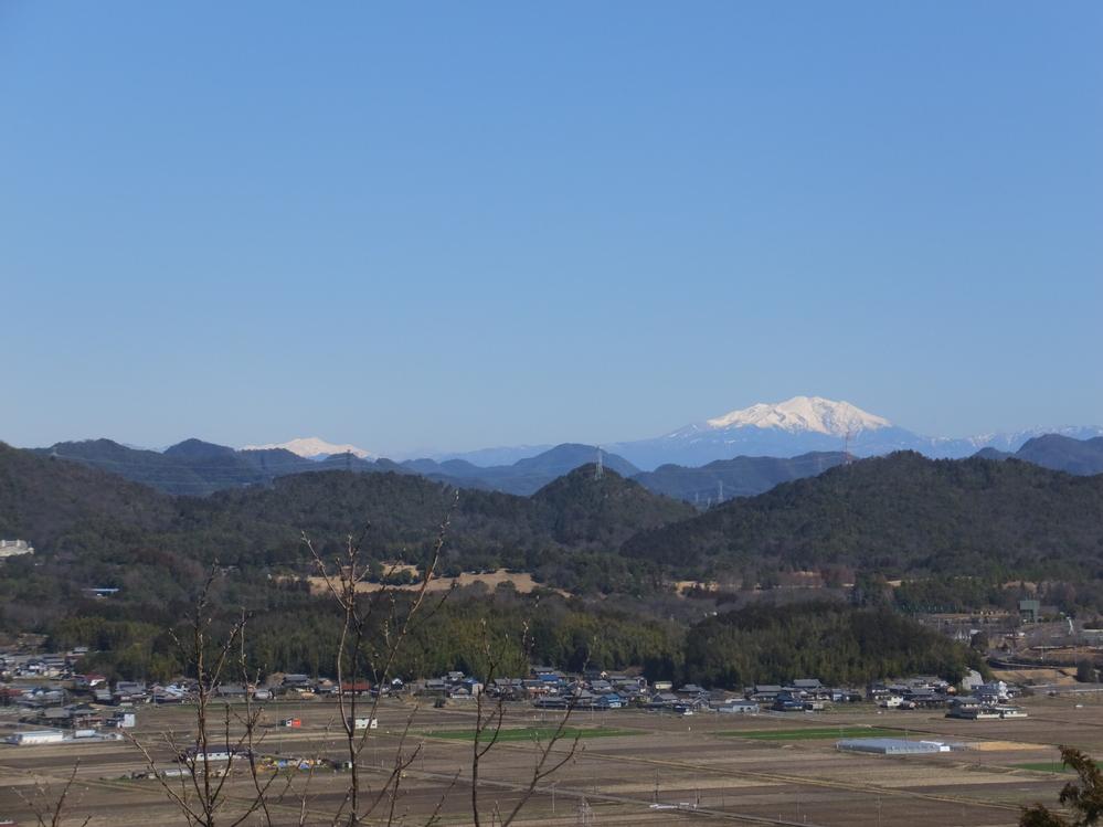 山の上から、日本晴れで山の写真を撮りました。2つの山の名前はこの写真から分かるでしょうか。