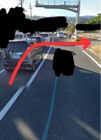 原付で写真のように赤い矢印の方向に行きたい時 どのタイミングで行けば良いのですか?  対向車線から車が来てたら居なくなるまで待っていたとしても自分の原付の後ろから車を待たせることになります。イラつかせませんか?