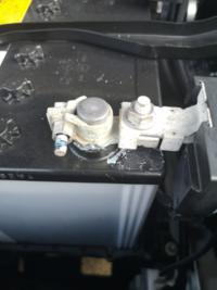 もうすぐ3年目の車検を迎える60ハリアーです。 バッテリーのマイナス端子に青白い粉がついてました。先月は無かった気がします。  これは何でしょうか? 予防や対処はありますか?  四半期に1回充電してるので、まだまだ交換の必要は感じてません。