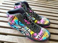 この靴のメーカー、製品名をご存知の方いらっしゃいましたら教えてください。