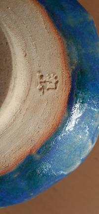 どなたか、添付した茶碗(陶印を参照願います)の作者がわかる方がおりましたら、情報提供よろしくお願いします。