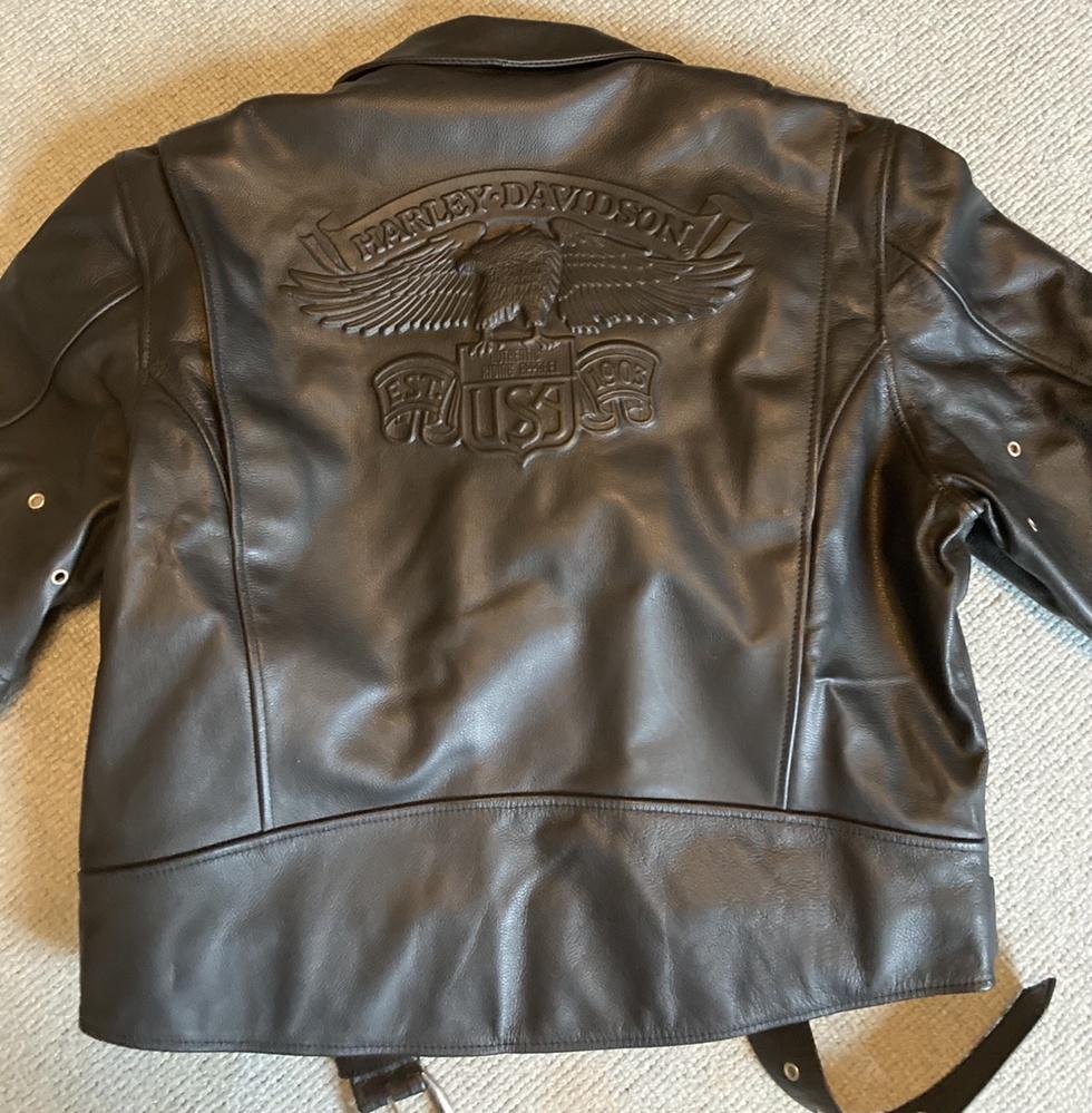 こちらのハーレーダビッドソンのライダースジャケットの型番を知りたいです。 似たようなデザインはあっても背面含めて同じデザインがどこでも見つかりませんでした。