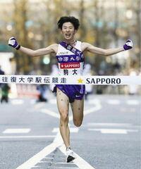 大学駅伝を見ていて思ったのですが、マラソン選手はユニフォームパンツの下は何を履いているのですか?この写真を見た限り履いていないようにしか見えません笑 履いてないということはありませんよね?笑