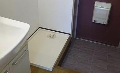 賃貸マンションの洗濯機の防水パンについて 内見できていないため、防水パンの大きさを測れていません。 この防水パンはどれぐらいのサイズに見えますか?