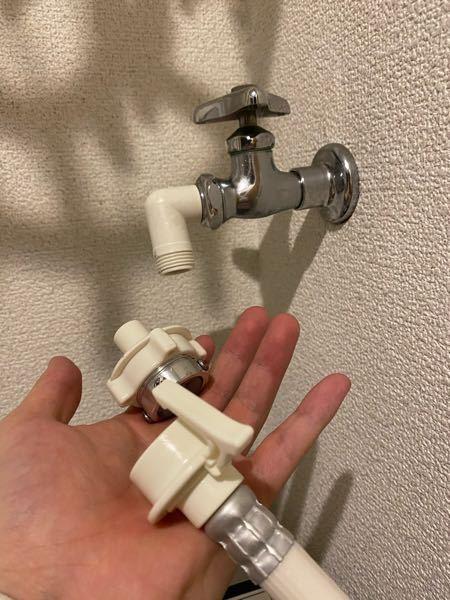 洗濯機を新しく変え換えたんですが、蛇口の白い物のせいで給水ホースが取付けられません。どうしたらいいのでしょうか??