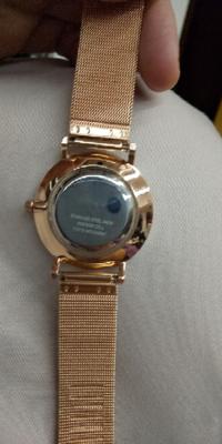 腕時計の電池交換。どなたか教えて下さい。このタイプの腕時計の電池の交換を自分でしようと思います。 後ろの部分を開けるのに必要な工具は何でしょうか?教えて下さい。 側開器かなと思うのですが。コジアケではなさそう。  ほかにも、交換で気をつけることがあれば教えて下さい。難しいなら、お店にお願いします…。  参考 https://tokeinavi.jp/blog/how-to-change-a-...