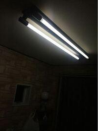 賃貸のアパートの蛍光灯が切れました。 勝手に変えていいのでしょうか?  大家さんか管理会社に言うべき?