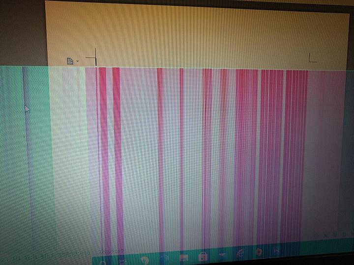 パソコンについてです。 親から譲り受けたノートパソコンなのですが、1週間前からこのような画面で… これって自力で直せるものでしょうか? やはり修理に出すべきですか? 同じような状況になった方がいたら教えて欲しいです!
