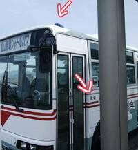 詳しい方ご教示下さい。  道路運送車両法の保安基準の細目を定める告示、その他の灯火等の制限で 4 自動車(一般乗合旅客自動車運送事業用自動車を除く。)の前面ガラスの上方には、灯光の色が青紫色である灯火を備えてはならない。  とあるのですが、写真の車両は不適合、すなわち道路運送車両法違反には当たらないんでしょうか?