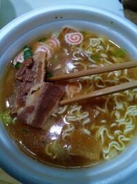一蘭のカップ麺を食べましたが、金ちゃんのカップ麺のほうが300円以下なのに豪華で美味しいですよね?
