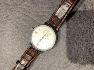 IWCポートフィノ ハンドワインド8デイズ この時計の革ベルトを交換するとしたら何色が合うと思いますか? アメカジが多くて、夏はTシャツかポロシャツです。 カミーユフォルネのラピスブルークロコとか合いませんかね?