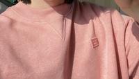 このロゴの洋服のブランド名もしくは売っているサイトわかる方いますか?