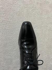 就活に使うシューズについて これは成人式の際に購入した革靴なのですが、就活も問題ありませんか? 就活にも使えるように、という風に伝えて、店員さんに選んでもらったので、大丈夫だとは思いますが、普段履き慣れない革靴を履くと、なんだか変に感じてしまって…。 ストレートチップってこれくらい尖ってるようなのが普通なんですよね?