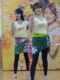 フラダンスの フリフリ衣装とかより、 こういう おっぱいを強調したような格好を いっぱい見せて欲しい! と思ってしまうのは、 私だけでしょうか?(笑)  乃木坂46の樋口日奈(23)の主演舞台「フラガール―dance for smile―」(4月3~12日、東京・Bunkamuraシアターコクーン)の公開稽古が15日、都内で行われた。元乃木坂46の井上小百合(26)主演で19年に上演された舞...