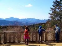 写真撮影についてです。安いコンデジソニー DSC-W830で富士山をバックににっこり、という写真をとると富士山は白く飛んでうつりません。 風景写真で富士山をとればちゃんとうつります。前方の人物に露出があって、富士山はオーバーになってしまうのだと思うのですが、両者よく映る方法はないでしょうか。PC取り込み後も露出調整しても完全にうつっていない状態です。