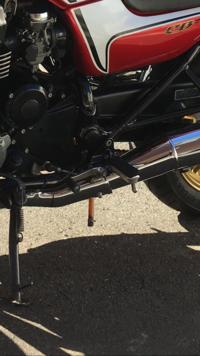 CB750RC42に乗っています。 バイクの下から出ているこの茶色のチューブは何ですか? また、下に垂れている状態が正常なのでしょうか?