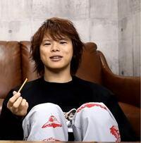 石川界人さんのYouTubeで村瀬歩さんがゲストとして登場してた際、下の画像のズボンを履いていたと思いますが、こちらのブランド分かったりしますか…? 同じものが欲しいんです…