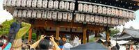祇園祭について 四花街が行う奉納の舞をYouTubeで見ていました。 画像のように、提灯に芸舞妓さん・置屋(お茶屋)の名前を書いてぶら下げているのは何のためですか? また、赤文字の富美毬さん、富美夏さん、叶千沙さんは何か特別なんでしょうか? 写真が見えづらかったらすみません。