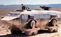 映画《世界が燃えつきる日》に出て来る軍用車両ランド・マスター号の 12個のタイヤは、どんな仕組みで駆動してるのでしょうか? 3個のタイヤを歯車かチェーンで駆動させてるんでしょうか?  予告編:https://www.youtube.com/watch?v=lh9FTVi0Bgo