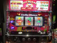 100ゲーム内6連チャンビッグボーナス!! 普段はパチンコをメインで打っているんですが、最近調子が悪いんで普段はいかないパチスロコーナー内のジャグラーに着席。1000円で数ゲーム回したら、いきなり7揃い。そ...