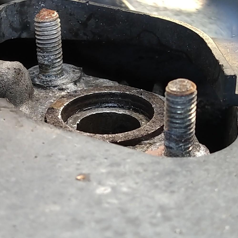 この原付、ガスケット付いてますか?(画像参照) 乗っている原付のマフラーに穴が開き自分で交換しようとマフラーを外したところ画像のような状態でした。 画像の円状の物が新品のガスケットと同じサイズで...