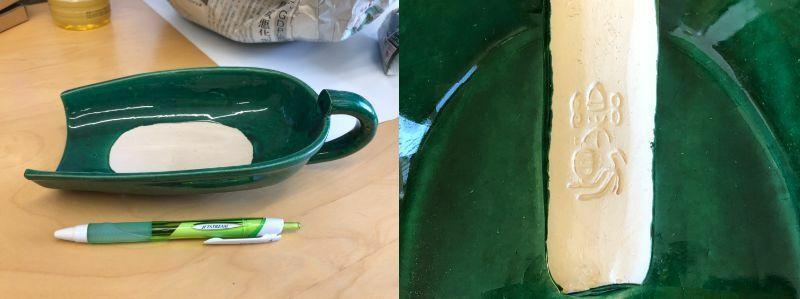 画像の花器?ですが 茶道具と一緒に出てきたので茶道で使う物かな?と思うのですが 商品名などわかる方は居られますでしょうか? 紙箱に入っており紙箱には織部と書かれていました。 裏の持ち手?にある刻印の読み方も教えて頂けると幸いです。