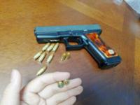 ずいぶん前にG17(モデルガン)をリサイクルショップでかったんですけど箱もなければ説明書もないし、で弾(ダミーカートかな)だけついてきて一応銃口には板のようなものがはいっていて多分発火式モデルガンだと思う...