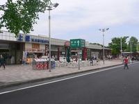 関越自動車道の上里SAは埼玉県児玉郡上里町にありますが、 下り線からすれば埼玉県最後で上信越自動車道との分岐点・藤岡JCT(群馬県藤岡市)の手前のSA、上り線からすれば埼玉県最初で藤岡JCTの先のSAということになり、前者が群馬・新潟・長野方面のゲートウェイ的休憩施設、後者が東京方面に向かう際の総元締め的休憩施設ですか?