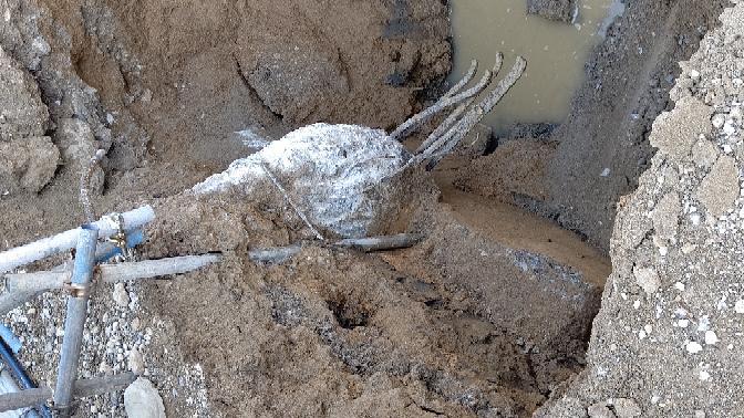 穴を掘ったら地中から鉄筋コンクリートのようなものが出てきたんですがこれは何でしょうか?何だと思いますか?
