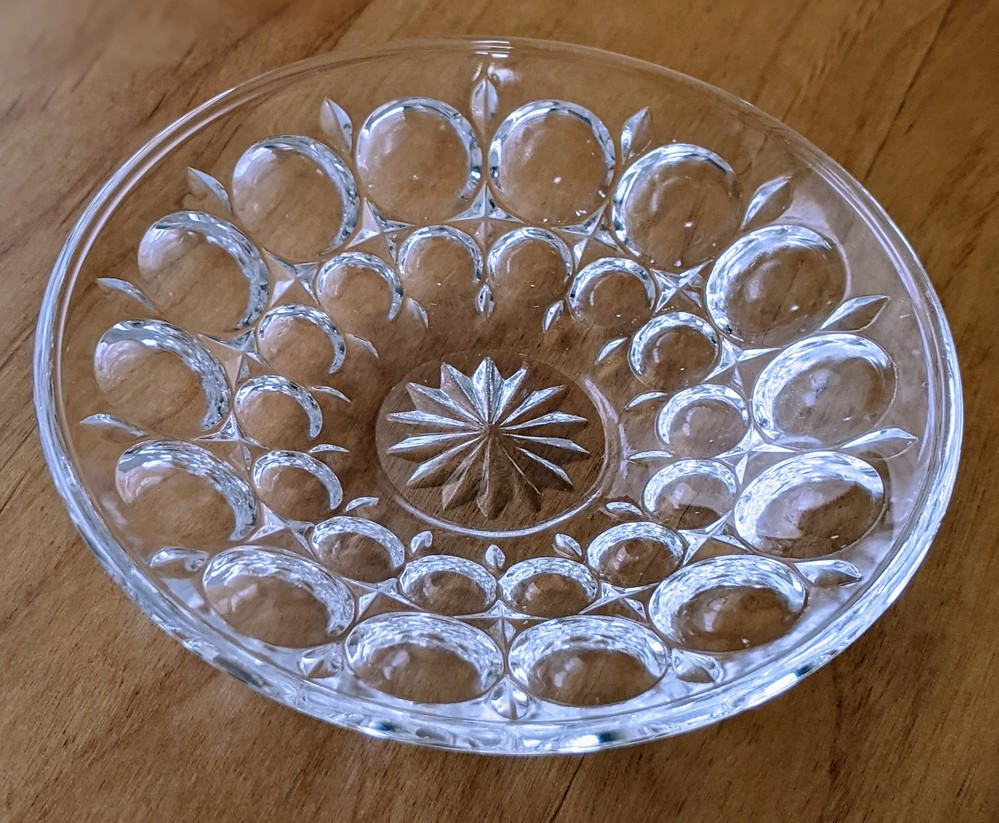 このお皿に見覚えのある方、教えて下さい! 妻のお気に入りの小皿を私の不注意でキッチンで落として割ってしまいました。直径10cm程でガラス製でディンプル(丸い凹み)が沢山あります。とても小さく、醤...