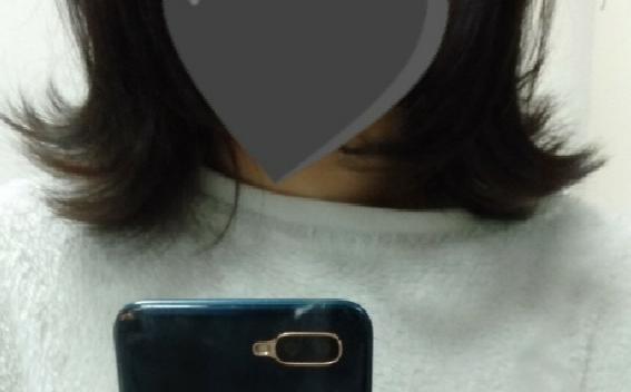 ヘアアイロンで髪を巻きたいのですが、どうしても上手く行きません。 毛先がバラバラでまとまらず汚くなってしまいます、、 コテでやってます!26mmです、温度は150℃程でやってます、 写真のようになってしまいます、 写真は外ハネをしました、、 毛量が多いからなのかそれともやり方が悪いのか分かりません どうしたら綺麗にできるから、アドバイスお願いします ♀️