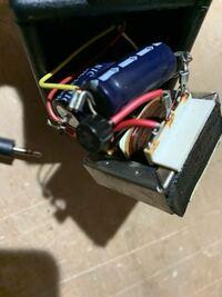 特殊なACアダプターなのでしょうか? 写真はACアダプターのBOXの内部ですが、どのような回路になっているのか分かる方いらっしゃいましたら教えてください。 電源の供給はイヤホンと同じようなプラグで3線で供給されています。(赤、黄、白)  このACアダプターが壊れたので、他で代用しようと考えていますが、3線になっておりどのように接続したら良いか悩んでいます。 よろしくお願いします。