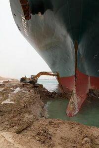 スエズ運河座礁事故で 安易に謝罪会見した愛媛県の船会社って、謝罪の影響を考えているのでしょうか? 数兆円の損害賠償を この船会社が負担できるはずが無い。つまり国民一人当たり数万円の緊急増税をして損害賠償金を捻出しなければならないのだ。    事故の責任は 事故防止策をしなかったスエズ運河庁なのに・・・