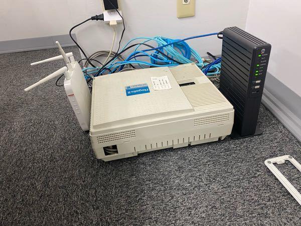 オフィスで使っているWiFi?ルーターを綺麗に収納したいと思うのですがなんかいい案ありませんかね??この機械はこの位置から動かせません。収納または何がで隠すのでも大丈夫です!
