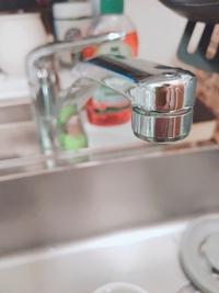 浄水器をつけたいと思っています。 MYM 台付きシングルレバー湯水混合水栓 200シリーズ こちらの水道は浄水器をつける際ネジ式にするように書いてありました。 先端が外れるということでしょうか? 回してもビク...