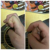 ピックの持ち方(人差し指) 教則本では右側だったのですが、いろんな方を見てると左側のようにしっかり指を曲げてる方もいるようです。 これはどちらが正しいとかあるのでしょうか?  それとも、自分の弾きやすさで選ぶのですか?