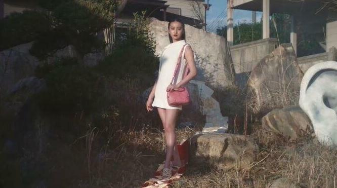 ヴァレンティノの広告で Koki,さんがでている 「着物の帯をハイヒールで踏んでいる」のを 文句