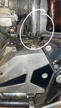 エンジンをかけたらこの部分からガソリンが盛れてきました。原因わかる方教えてください。。