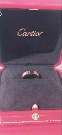 カルティエの指輪に詳しい方いたら教えて下さい。 この指輪の名称?が知りたいです。 いくらでしょうか。またこれは結婚指輪や婚約指輪ではないでしょうか?
