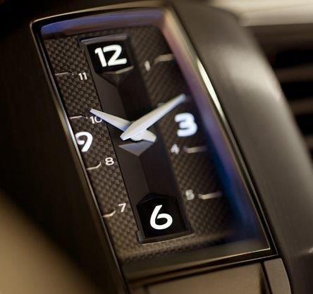 シトロエンDS5の車内に装備されている「アナログ時計」の時刻がマルチファンクションディスプレーの時刻より5分ほど進んでしまっているのですが 、このアナログ時計のみの時刻調整はどうすればできるのでしょうか?ご存知の方宜しくお願いします。