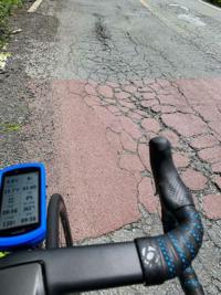 ロードバイクはこの砂利や、ひび割れですぐパンクしますか?