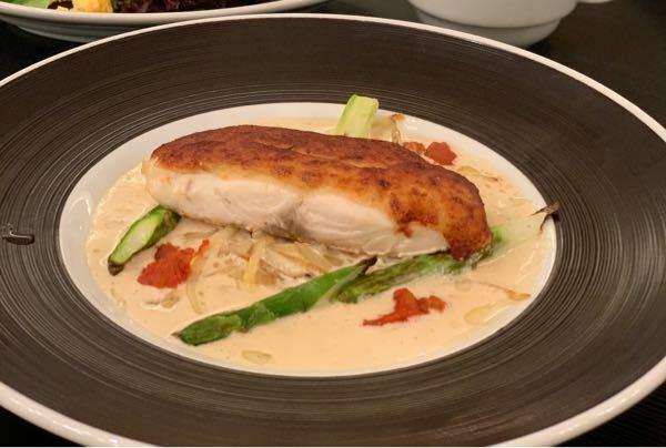 鯛のパン粉焼き?ムニエル?的なお料理です。 こちらの推定カロリーを教えてください。 鯛の切り身は拳1.5個分くらいで、ソースはバター風味でした。 魚とソースそれぞれおおよそののカロリーも教えていただけると嬉しいです。