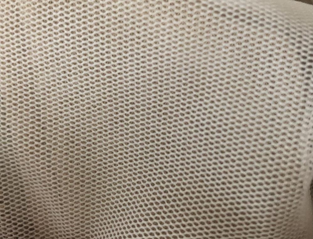 チュールのカットソーの裾を切って短くしたいのですが、切ってしまうと縫い目のところは取れてきてしまいますか? ポリエステル95%ポリウレタン5%です。生地のアップの写真も載せておきます。