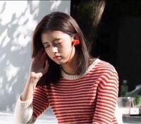 NiziUのリマ。すごく可愛いと思うのですが、なんか奇妙な顔じゃないですか? 大人っぽいような、子供っぽいような。  アホっぽくてジワジワくる顔です。可愛らしい。