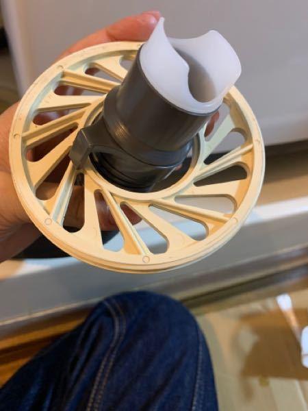 洗濯機の設置の際エルボが無かったので、業者の方に簡易的に設置してもらったのですが、この丸い部品が取り出せなくなってしまいました。 これって力技で取り出せますかね?回答よろしくお願いします