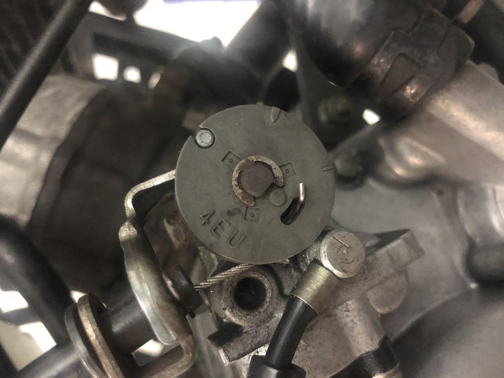 TZR50Rの後期型でのオイルポンプの調整のやり方を教えてください。 サービスマニュアルは持っているのですが後期型は掲載していません。 写真はアクセルオフでの今の状態です。 丸いコマに小さい印...